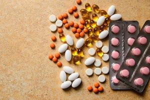 Blister mit rosa und orangefarbenen Pillen, Vitamin D und Fischölkapseln foto