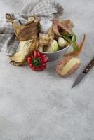 Sortiment Kompost aus verdorbenem Essen mit Kopierraum foto