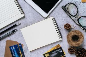 Schreibwarenset mit übersichtlichem Notizblock, Draufsicht foto