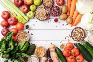 Draufsicht auf gesundes Essen auf weißem Holzuntergrund foto
