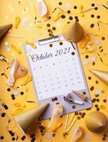 Oktober 2021 Kalender mit Konfetti, Geburtstagshüten und Luftballons foto