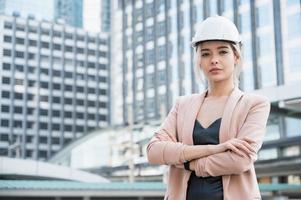 Porträt der hübschen jungen Bauingenieurin auf dem Bau foto
