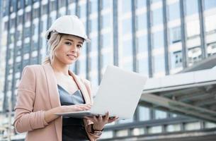 Porträt einer hübschen jungen Bauingenieurin foto
