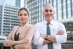 lächelndes Gesicht der hübschen Geschäftsfrau und des leitenden Geschäftsmannes foto