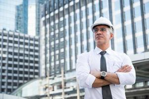 Porträt eines leitenden Bauingenieurs, der nachdenkt foto