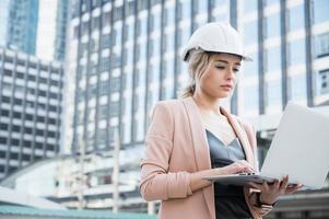 Porträt einer hübschen jungen Bauingenieurin, die arbeitet foto