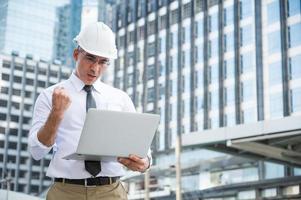 Bauingenieurwesen mit Laptop während der Bauarbeiten foto