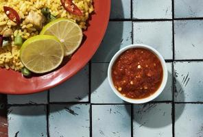 leckeres Essen mit Sambal-Komposition foto