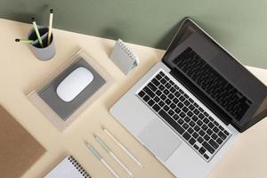 Hochwinkel-Schreibtischanordnung mit Laptop foto