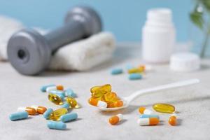 hoher Winkellöffel mit verschiedenen Pillen foto