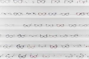die Anordnung verschiedener Brillenregale foto