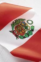 die Nationalflagge von Peru mit Symbol foto
