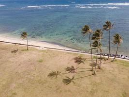 atemberaubende hawaii landschaft mit blauem meer foto