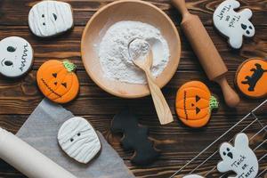 frische halloween lebkuchenplätzchen auf holztisch. foto