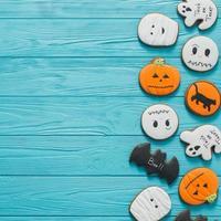 frische halloween lebkuchenplätzchen auf blauem holztisch. foto