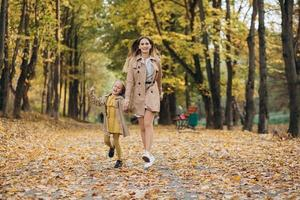 Mutter und Tochter haben Spaß und gehen im Herbstpark spazieren. foto