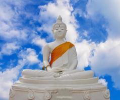 Goldener Buddha vor blauem Himmel foto