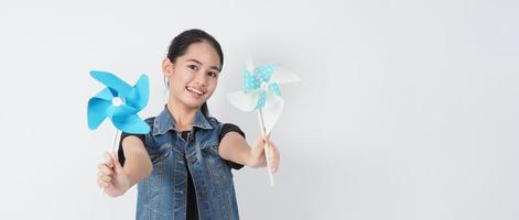 Teenager-Frau und Papierwindmühlenspielzeug. Teenager mit Windrad-Stick foto