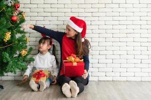 Mutter und Kind feiern Weihnachten foto