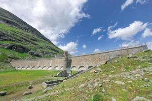 gewichtsstaumauer des weißen bernina sees schweizer alpen foto