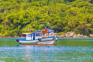 boote schiffe boot mangroven und pouso beach ilha grande brasilien. foto