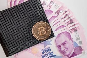 Bitcoin-Münze und türkische Lira-Banknoten in Brieftasche foto