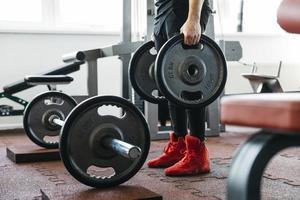 Mann, der im Fitnessstudio trainiert. Auflösung und hochwertiges schönes Foto