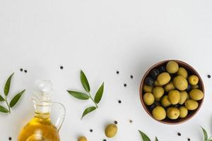 flach legen Oliven Schüssel Ölflasche. Auflösung und hochwertiges schönes Foto