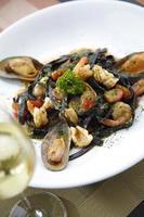 schwarze Spaghetti und Meeresfrüchte mit Weißwein foto
