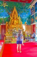 koh samui, thailand, 2021 - leute sehen sich die goldene buddha-statue an foto