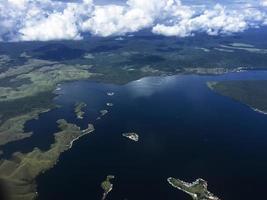 die luftaufnahme der inseln von jayapura, papua, indonesien. foto