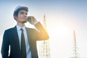 Manager Anruf Telefon Außenarbeit Architekt Gebäudehintergrund foto