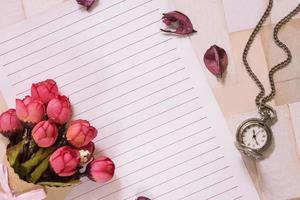 Papier mit Blumen und einer Taschenuhr foto