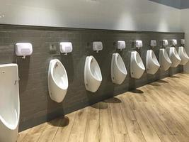 weiße Toilettenschüssel zum Wasserlassen foto