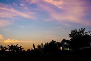 Silhouette von Haus und Baum am Morgen foto
