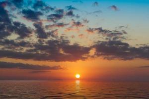 schöner heller sonnenuntergang über dem meer. foto