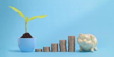 Wachsende Geldfinanzierung und Geldeinsparungen beim Stapeln von Münzen foto
