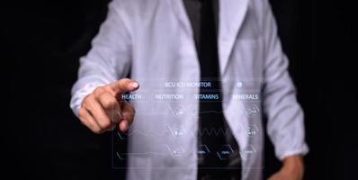 Arzt, der Informationen zur Behandlung zeigt foto