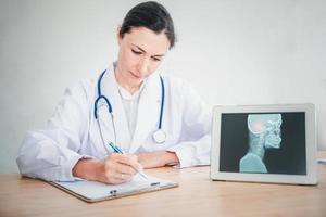 Arzt arbeitet im Untersuchungsraum des Krankenhauses foto