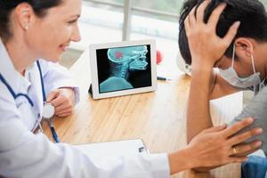 Arzt ermutigt und Beratung des Gesundheitswesens zum Patienten foto