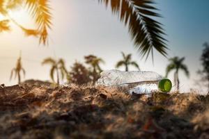Nahaufnahme klare Plastikflasche Wasser trinken foto