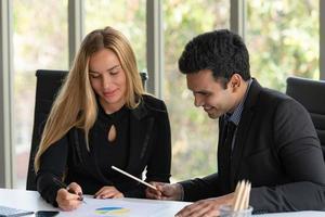 Geschäftsleute analysieren Daten und konsultieren verschiedene Themen foto
