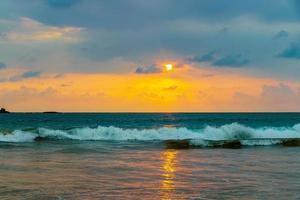 schöne bunte sonnenuntergang landschaft panorama bentota strand sri lanka. foto