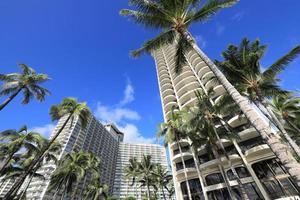 Luxushotels und Palmen am Strand von Waikiki, Hawaii foto