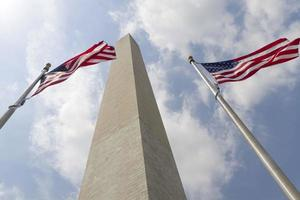 Washington-Denkmal und amerikanische Flagge in Washington dc foto