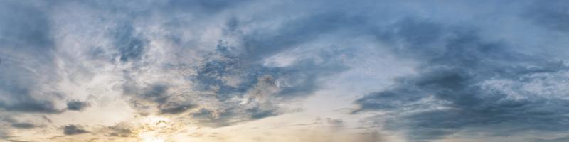 dramatischer Panoramahimmel mit Wolke auf Sonnenaufgang und Sonnenuntergangzeit foto
