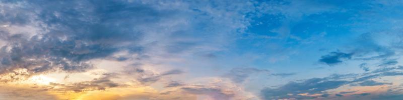 Panorama dramatischer lebendiger Farben mit schöner Wolke foto