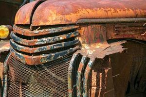 Grill eines alten rostigen Lastwagens foto