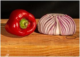 rote Paprika und rote Zwiebeln Stillleben foto