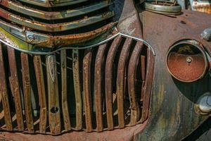 Grill des alten rostigen LKW foto